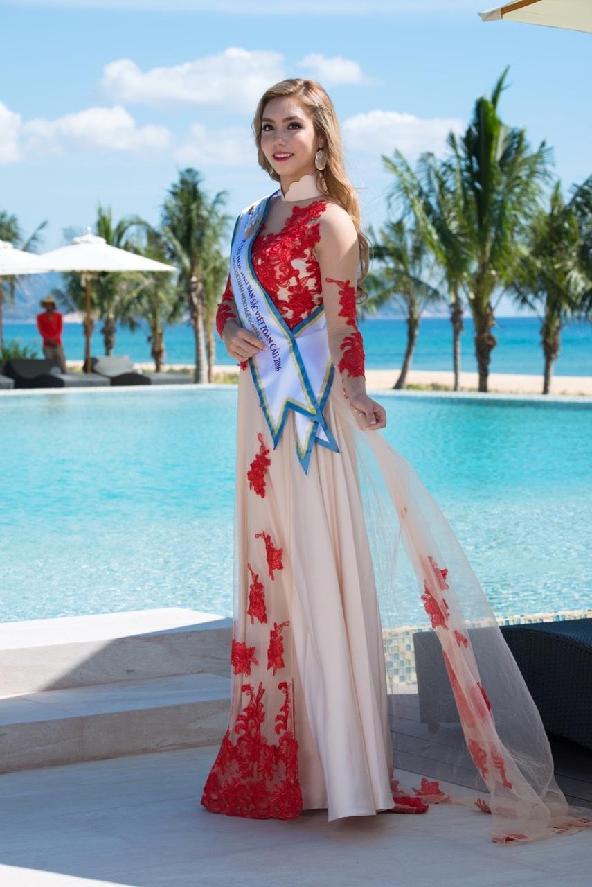 Anna My Linh Pham là thí sinh có hình thể khỏe mạnh, song cô rất tự tin khoác lên mình bộ áo dài cách điệu. Trong trang phục này, Anna trông rạng rỡ và đáng yêu.