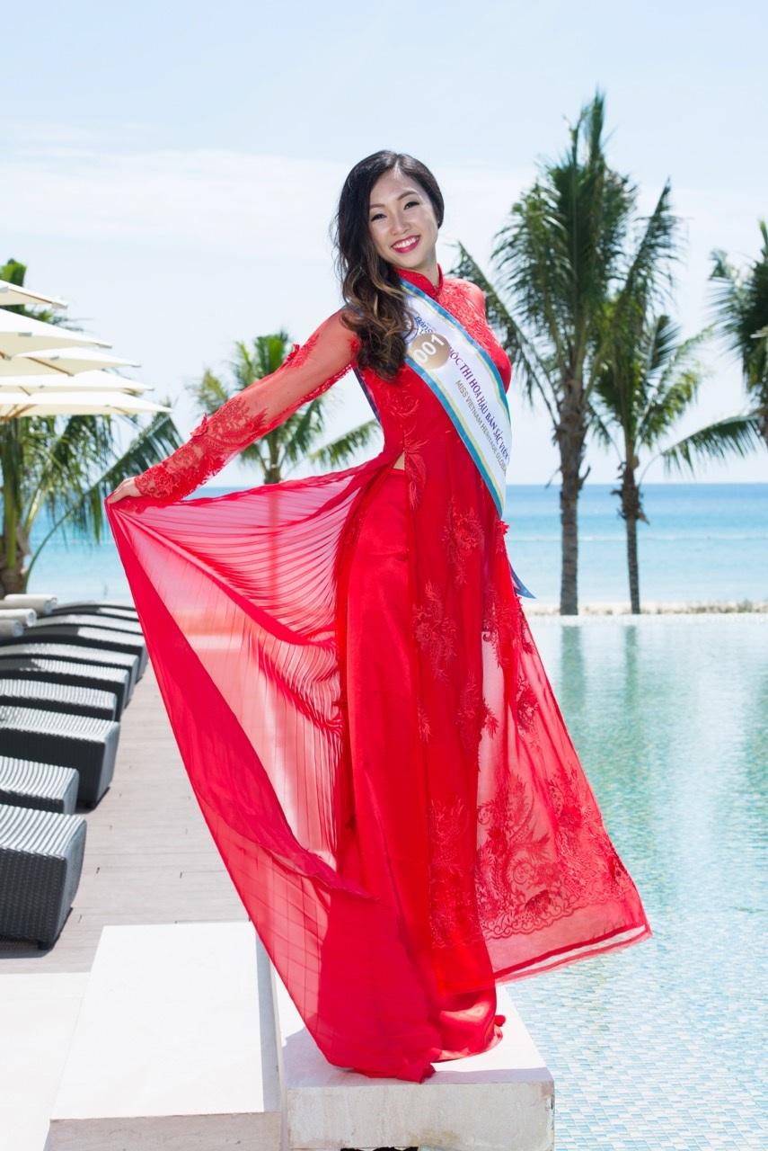Thí sinh An My Hoang Nguyen tạo dáng điệu đà với bộ áo dài màu đỏ quyến rũ.