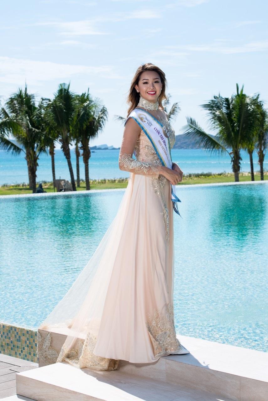 Thí sinh Ana Lai xinh xắn trong tà áo dài cách tân màu trắng.