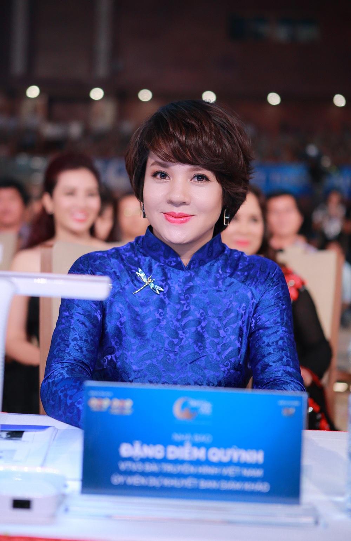 Nhà báo Diễm Quỳnh nền nã trong chiếc áo dài màu xanh đi làm giám khảo Hoa hậu Bản sắc Việt. Khác với biên đạo múa Ly Ly, đây là lần đầu tiên Nhà báo Diễm Quỳnh ngồi ghế giám khảo cuộc thi.