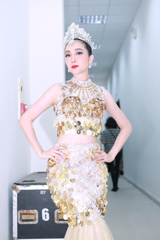 """Là nghệ sĩ đảm nhận tiết mục mở màn của đêm bán kết thế giới Hoa hậu Bản sắc Việt toàn cầu, nghệ sĩ Linh Nga cùng vũ đoàn thể hiện tiết mục """"Mỹ nhân ngư"""" vô cùng điêu luyện."""
