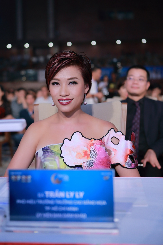 Biên đạo múa Trần Ly Ly là người đã từng tham gia vai trò là thành viên ban giám khảo cuộc thi. Trong chiếc đầm hoa tươi tắn, Trần Ly Ly khoe vẻ tự tin, sắc sảo trời phú của một người làm nghệ thuật