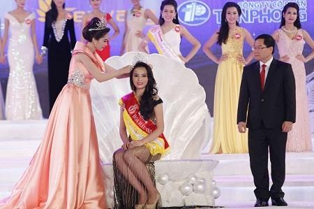 Theo thông lệ 3 mùa Hoa hậu Việt Nam gần đây, Hoa hậu đương kim sẽ là người trao vương miện cho Hoa hậu kế vị. Ảnh: TL.