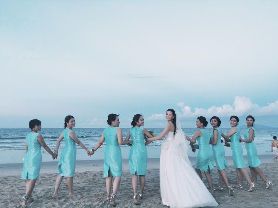 Cô dâu rạng rỡ bên dàn phù râu trẻ trung, xinh xắn ngoài bãi biển Đà Nẵng.