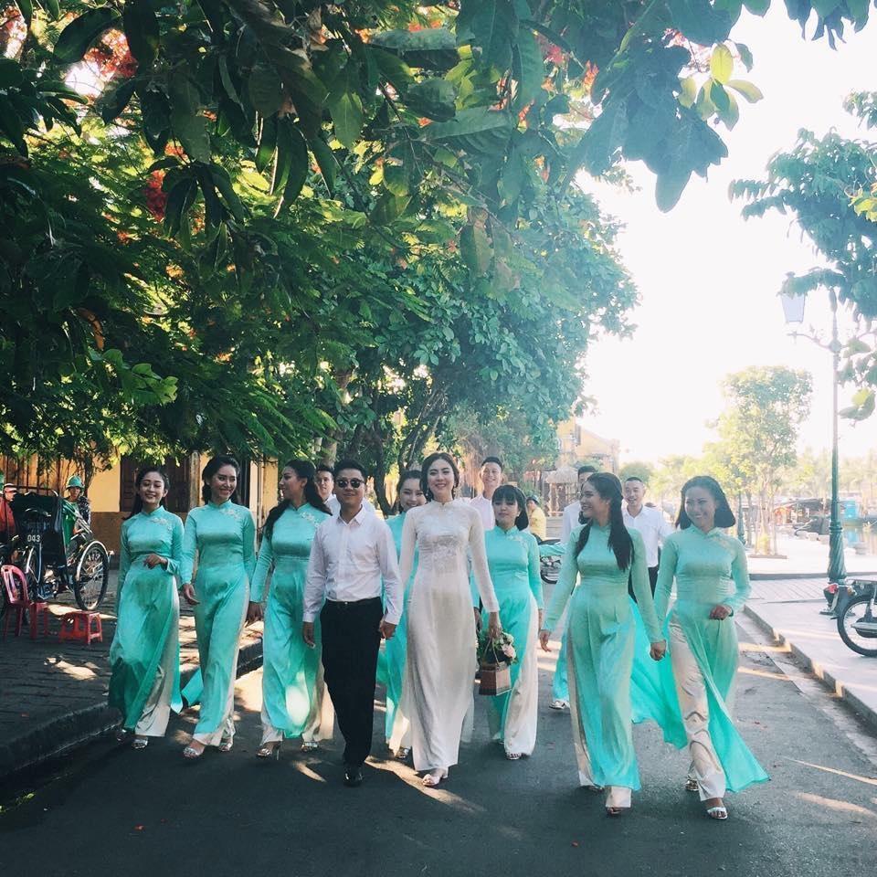 Cô dâu - chú rể và dàn phù dâu phù rể diện trang phục truyền thống trên đường phố Đà Nẵng.