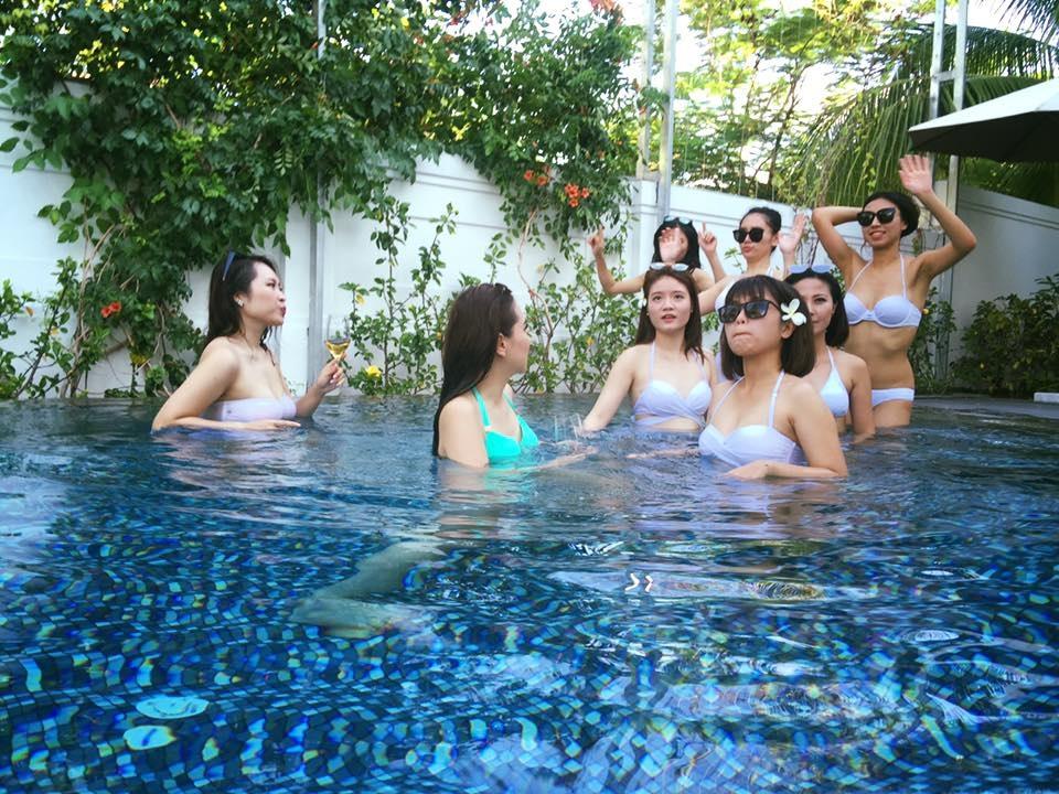 Hoá thân thành những cô nàng quyến rũ đùa nghịch dưới bể bơi.