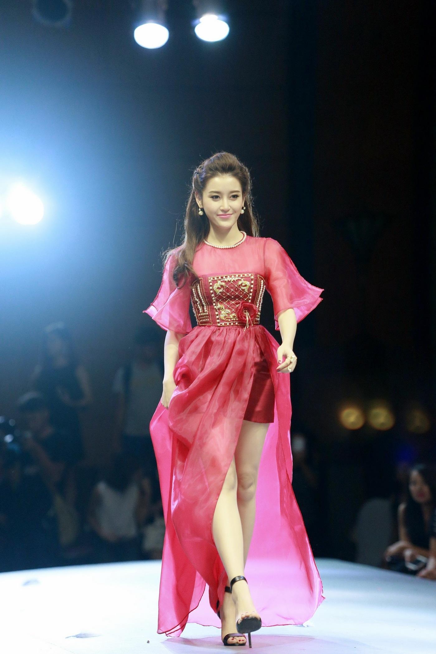 Diện bộ váy màu đỏ với những họa tiết ấn tượng do chính sinh viên của Học viện thiết kế, Huyền My xuất hiện rạng rỡ tại sự kiện, tuy khuôn mặt có thoáng chút mệt mỏi vì những scandal không đáng có xảy ra với cô.