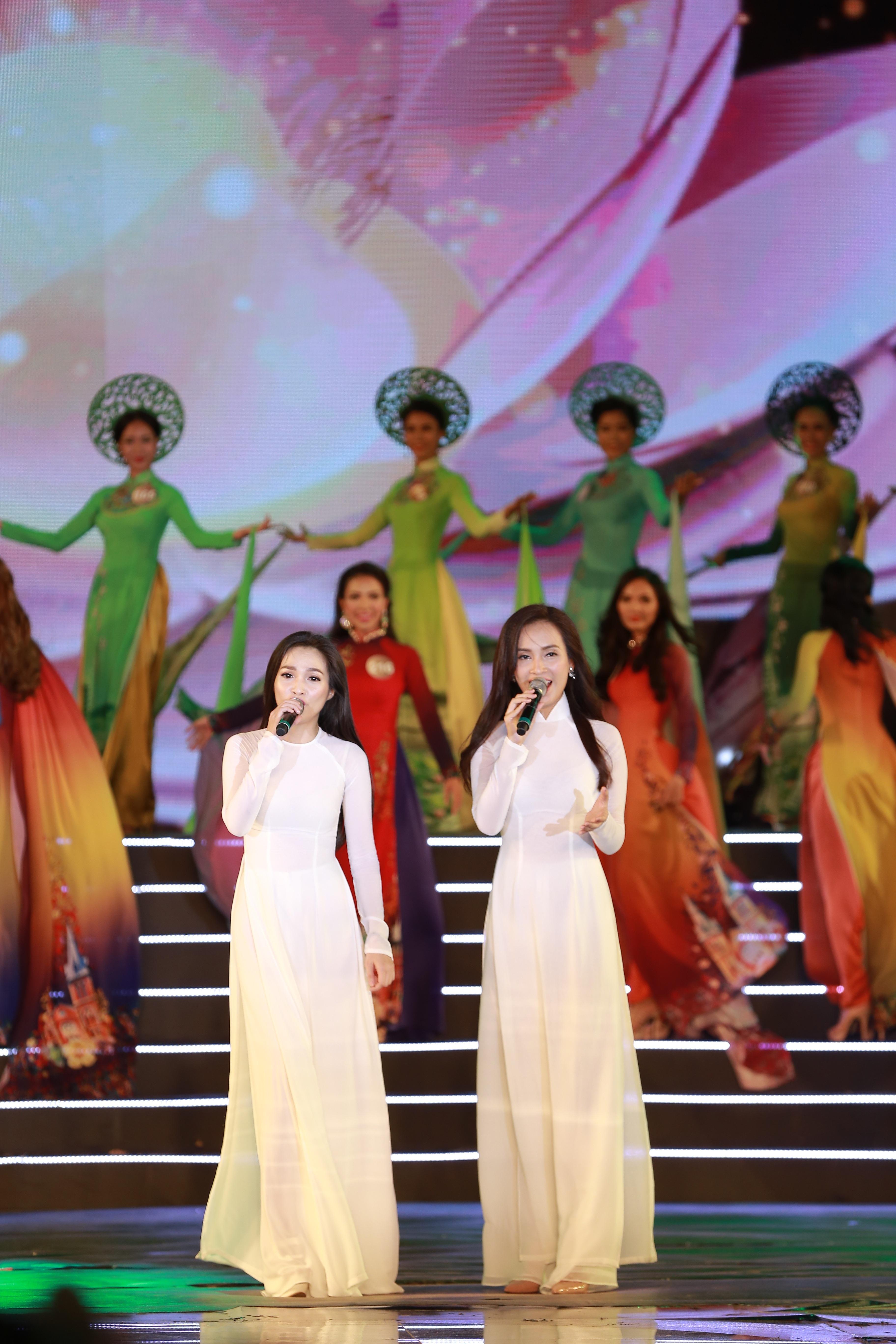 Hiền Thục và Ái Phương biểu diễn trong đêm Chung kết.