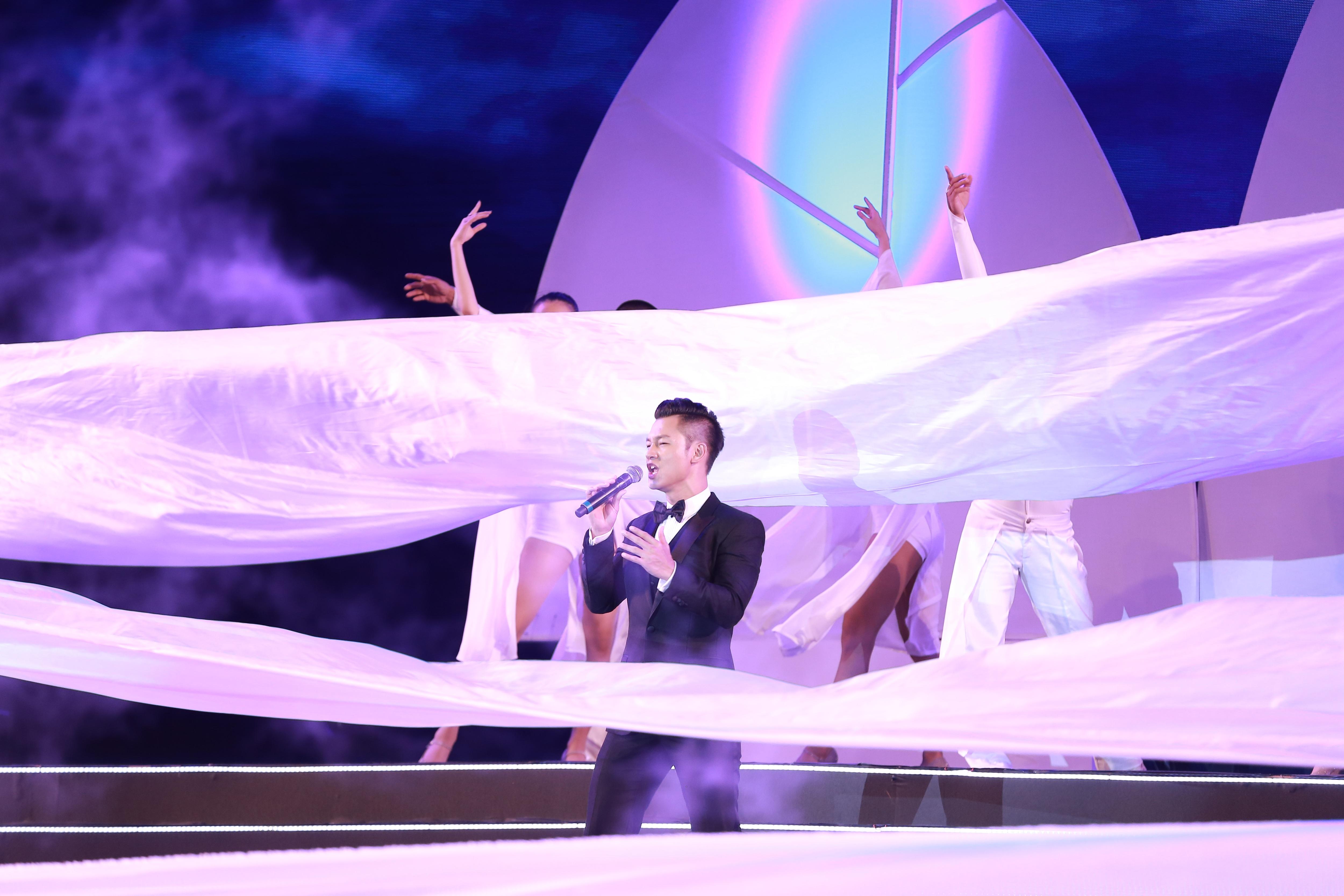 Ca sĩ Đức Tuần biểu diễn cùng nhóm múa phụ hoạ.