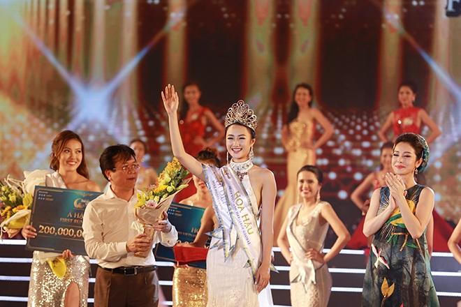 Giây phút hạnh phúc khi đội lên đầu vương miện Hoa hậu của cuộc thi Hoa hậu Bản sắc Việt.
