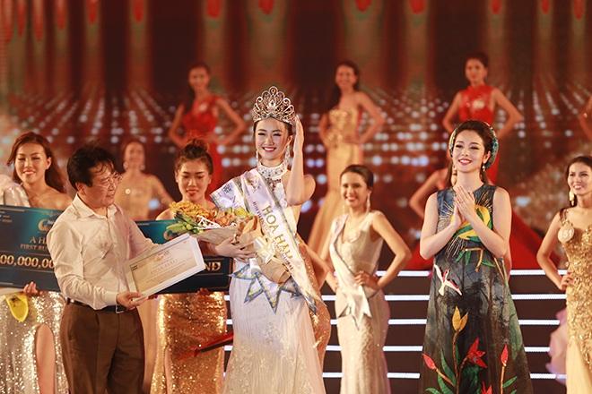 Tuy nhiên, cũng trong khi với để cài vương miện cho tân Hoa hậu, Jennifer Phạm đã để lộ bùng bầu 4 tháng khá rõ. Nhiều người sau đó đã tìm cô để chia vui và nói lời chúc mừng.