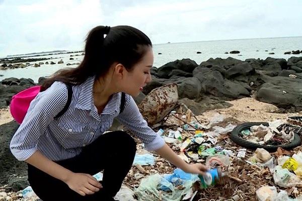 Cảnh Ngọc Trân nhặt rác ở biển Đồ Sơn bị cho là dàn dựng. Ảnh: BTC.