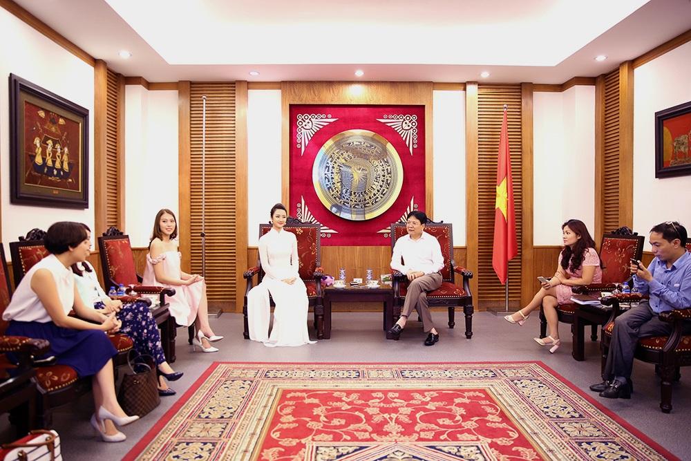 Thứ trưởng Vương Duy Biên cũng căn dặn Hoa hậu Thu Ngân không được hút thuốc lá.