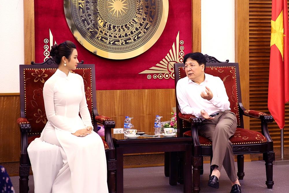 Thứ tưởng Vương Duy Biên trò chuyện với tân Hoa hậu Bản sắc Việt.
