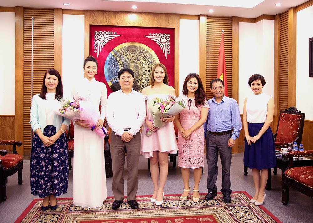 Thứ trưởng Vương Duy Biên chụp ảnh lưu niệm cùng Hoa hậu, Á hậu và các thành viên của BTC.