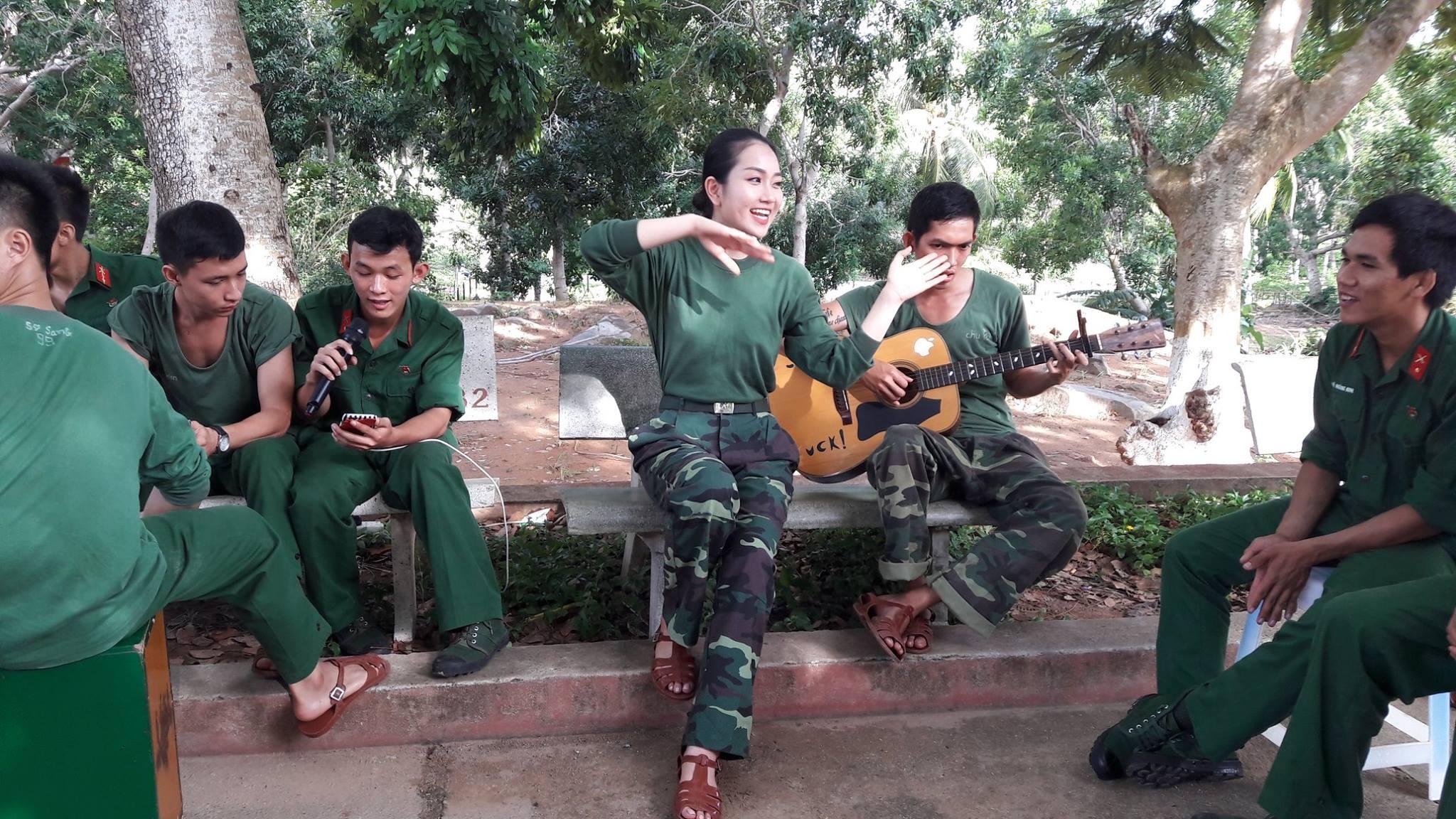 Phùng Lan Hương biểu diễn văn nghệ, giao lưu cùng các chiến sĩ ở Côn Đảo.