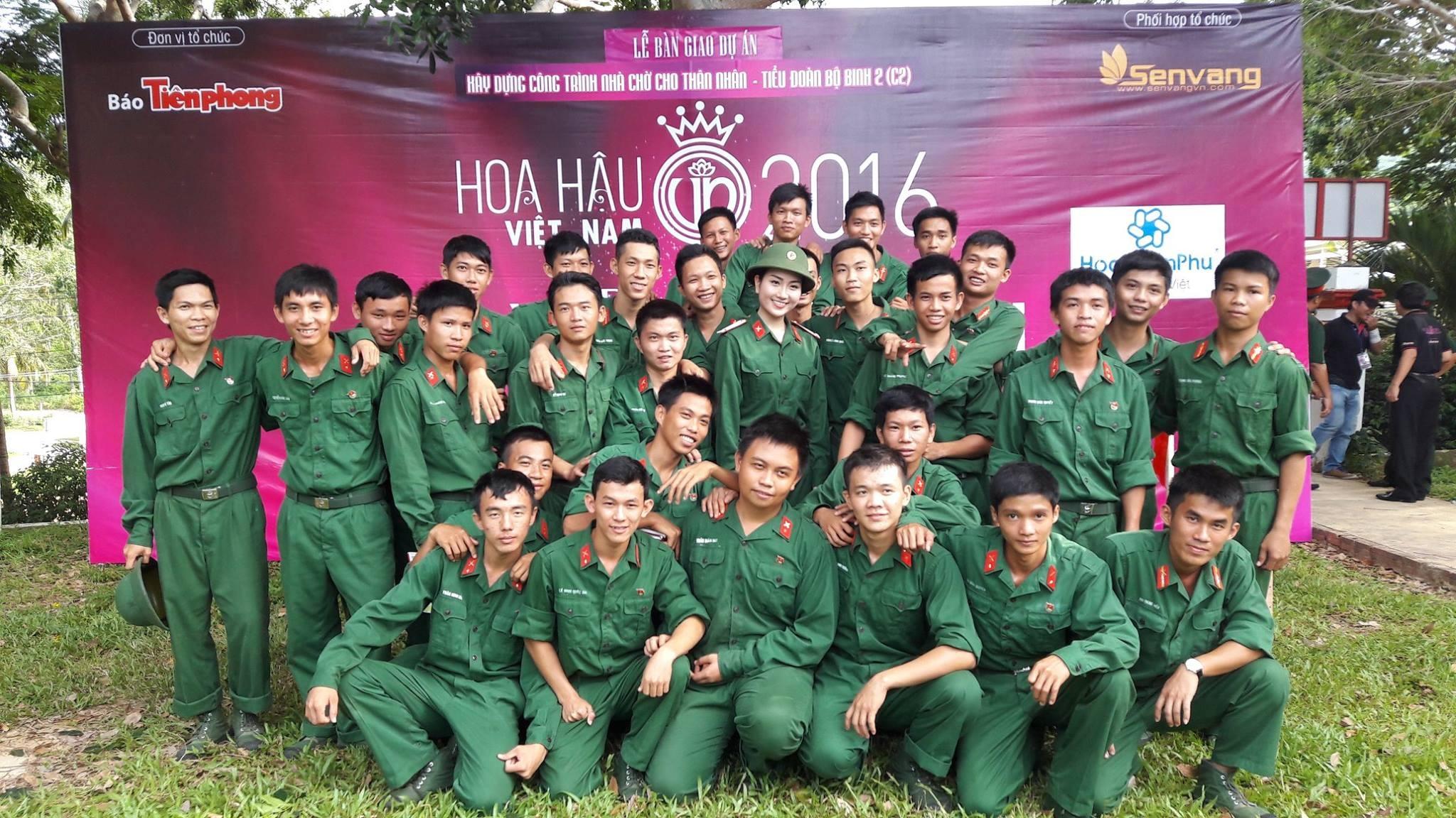 Chụp ảnh lưu niệm cùng các chiến sĩ trẻ.