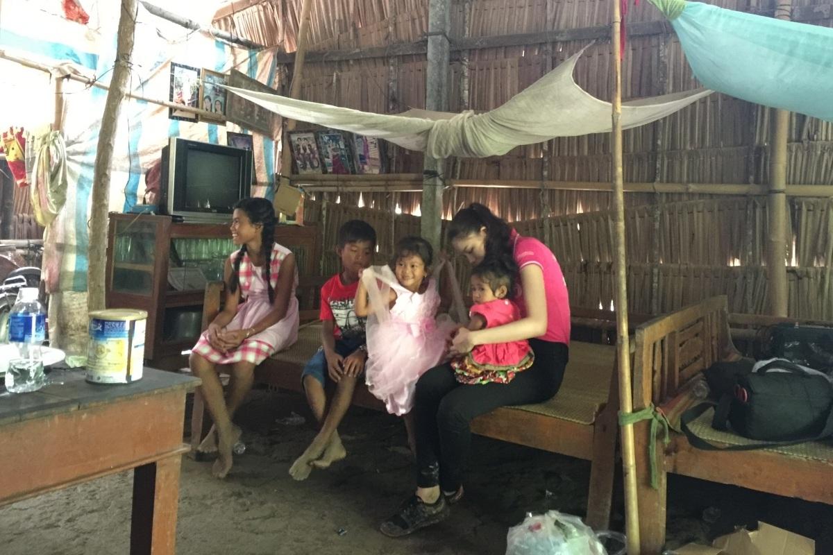 Cát Nhiên đến thăm các hộ dân nghèo ở Sóc Trăng.