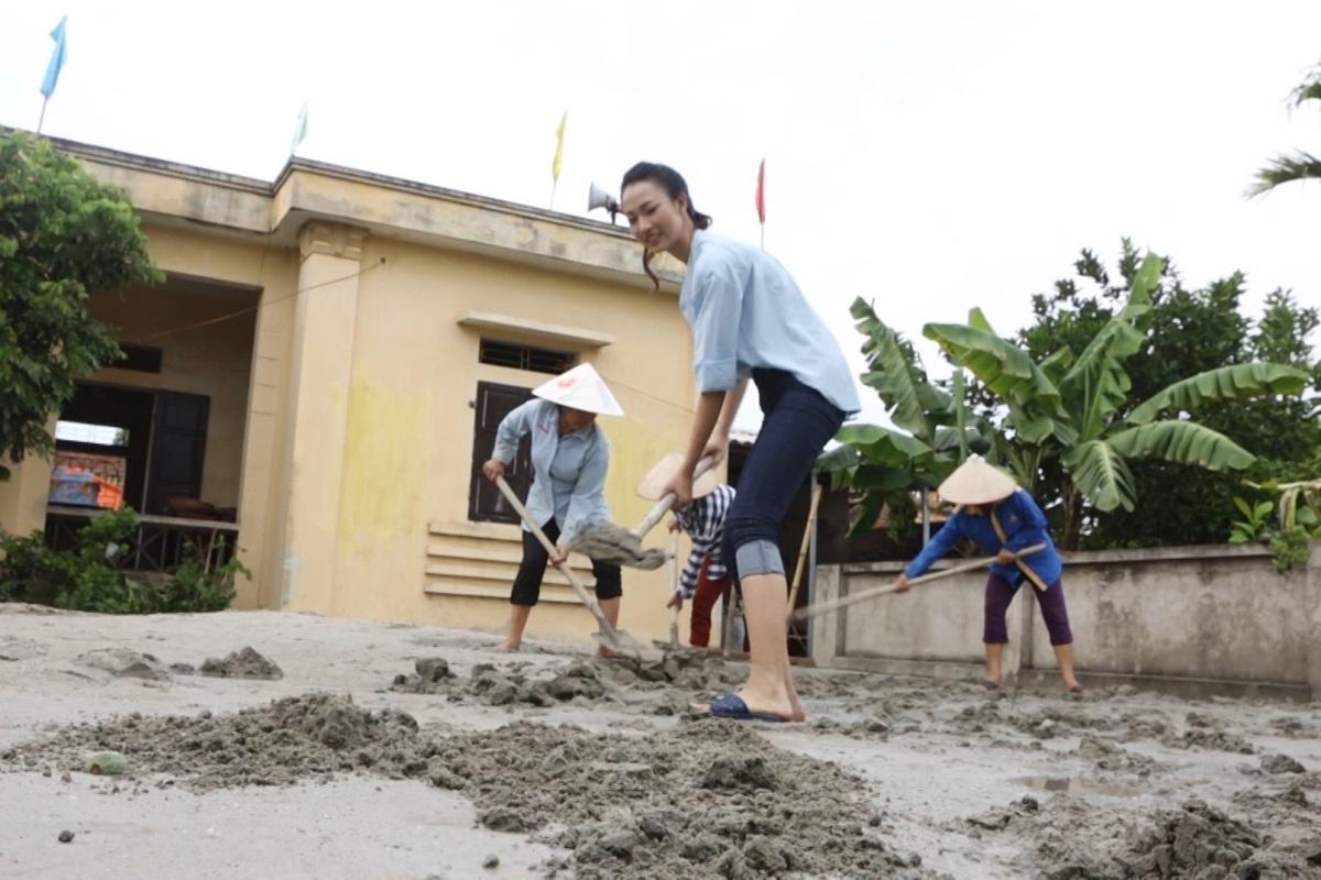 Thuỷ Tiên không ngại khó - khổ, xắn quần trộn hồ, xúc vữa để xây nhà văn hoá cho người dân nghèo ở Sóc Sơn _ Hà Nội.