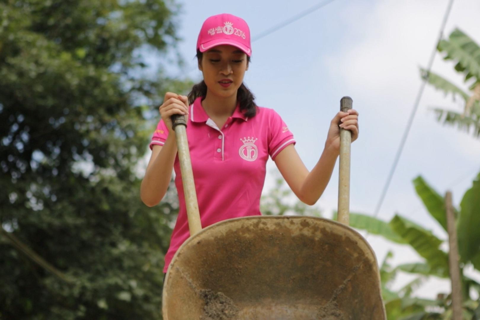 Trong dự án nhân án, người đẹp này đã không ngại chở cát, cuộn dây... chung tay cùng các thợ điện thắp sáng con đường dài 1,7km cho người dân nghèo ở huyện Trấn Yên - Yên Bái.