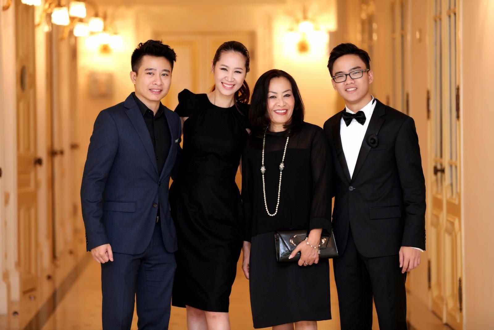 Đến ủng hộ cho buổi diễn của Nguyễn Việt Trung tối qua là gia đình của cậu gồm: bố mẹ, vợ chồng anh trai Nguyễn Việt Thắng - Hoa hậu Dương Thùy Linh.
