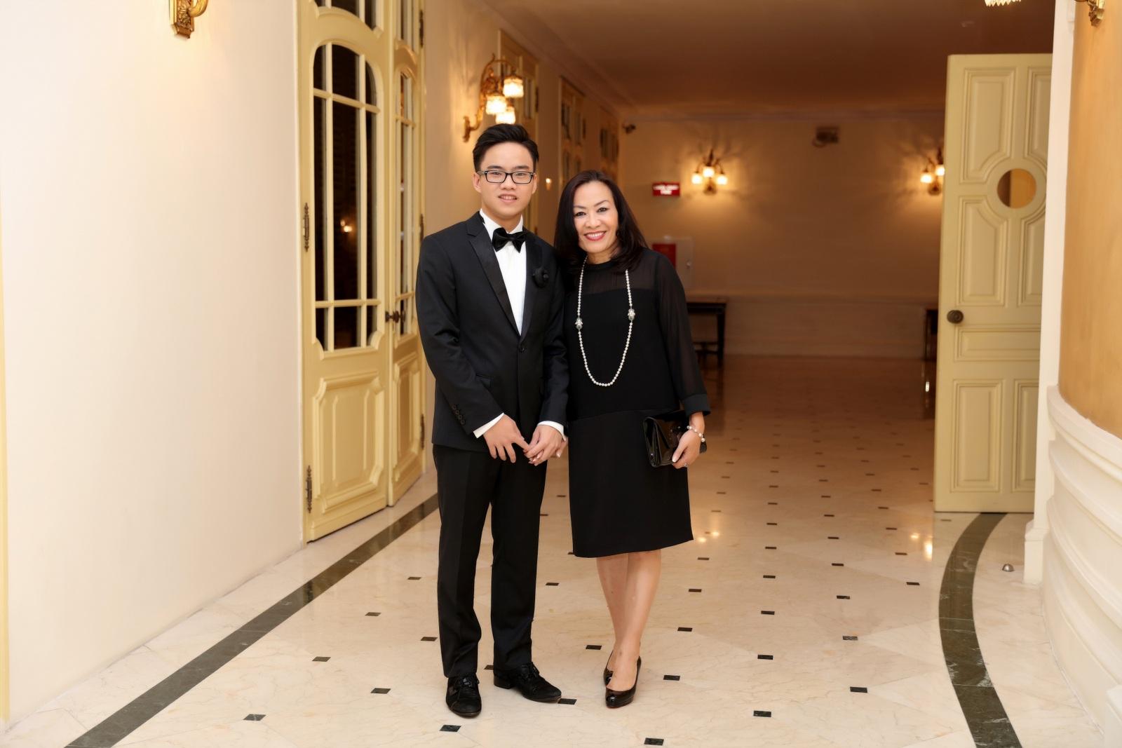 Nguyễn Việt Trung và mẹ.
