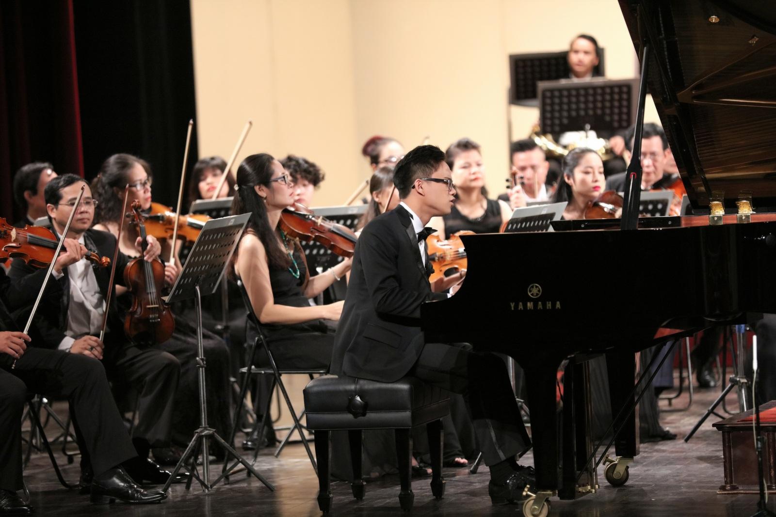 Tối qua, Nguyễn Việt Trung đã mở màn với bản Rosamunde của Schebert và concerto số 2 của Chopin.