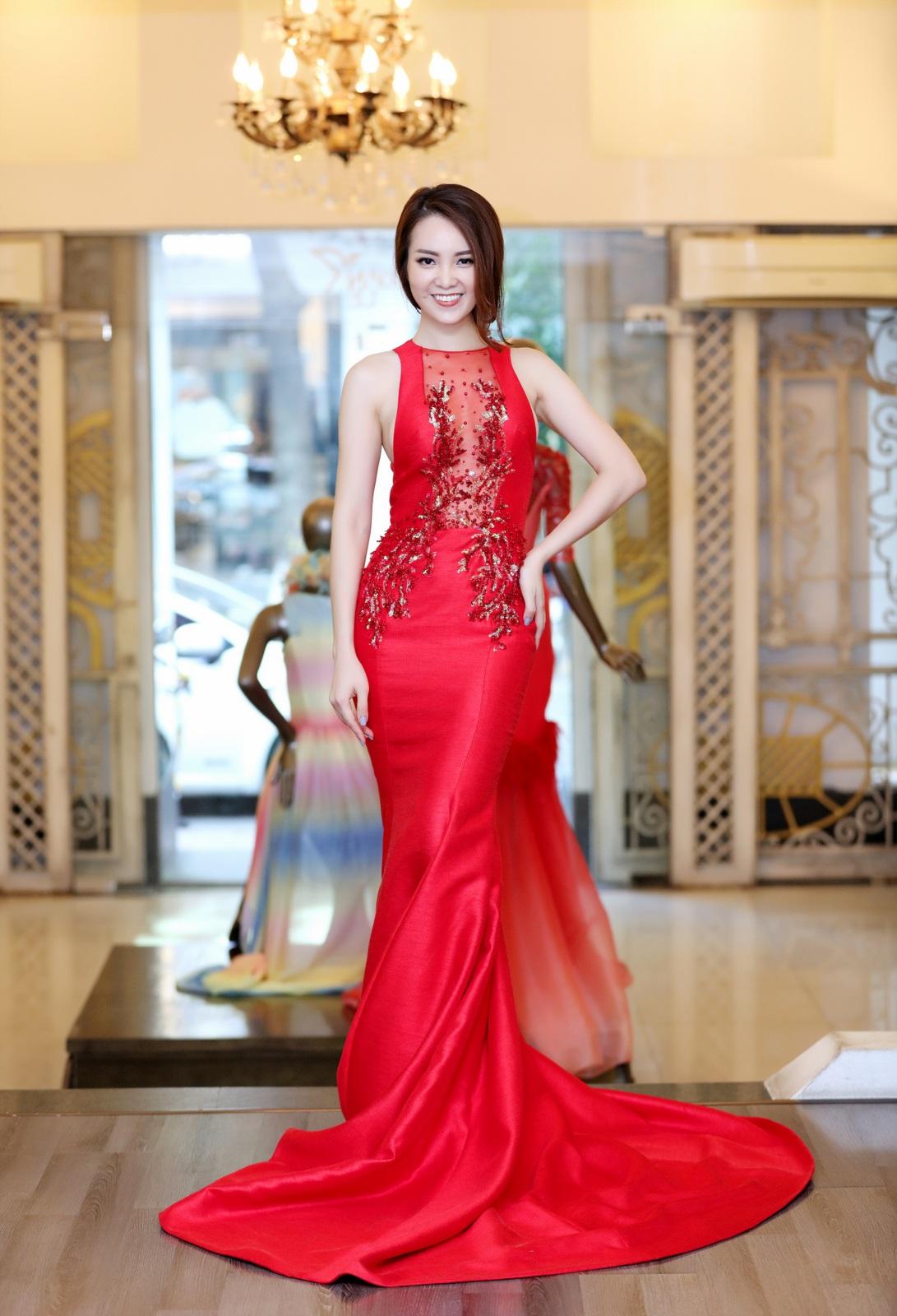 Bộ váy màu đỏ bó sát.