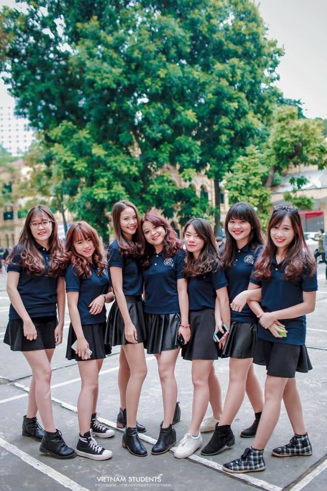 Người đẹp 9X còn sở hữu chiều cao nổi bật 1,68m và vốn là lớp trưởng khá năng nổ trong các phong trào của trường Việt Đức. Trong ảnh, Khánh Linh đứng thứ 3 từ phải sang.