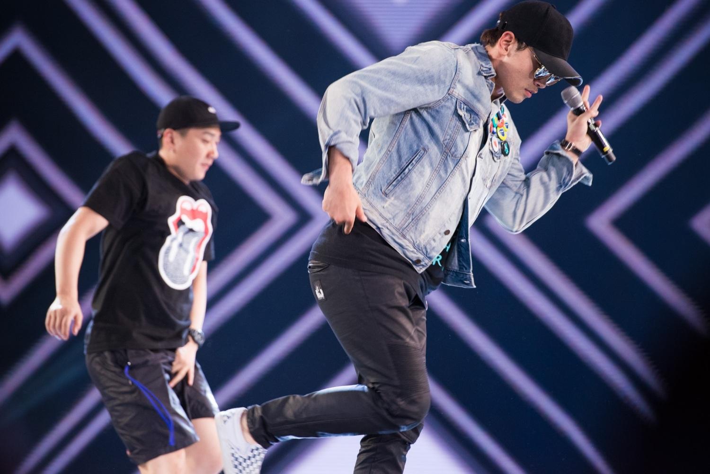 Bi Rain thực hiện vũ đạo cùng nhóm nhảy.
