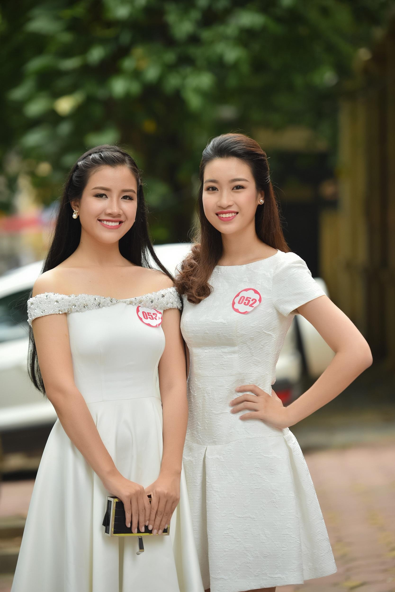 Trong đêm Chung kết Hoa hậu Việt Nam 2016 tối qua, do sức khoẻ của bố Mỹ Linh không được tốt nên chỉ có mẹ cùng một vài người thân bay từ Hà Nội vào cổ vũ.