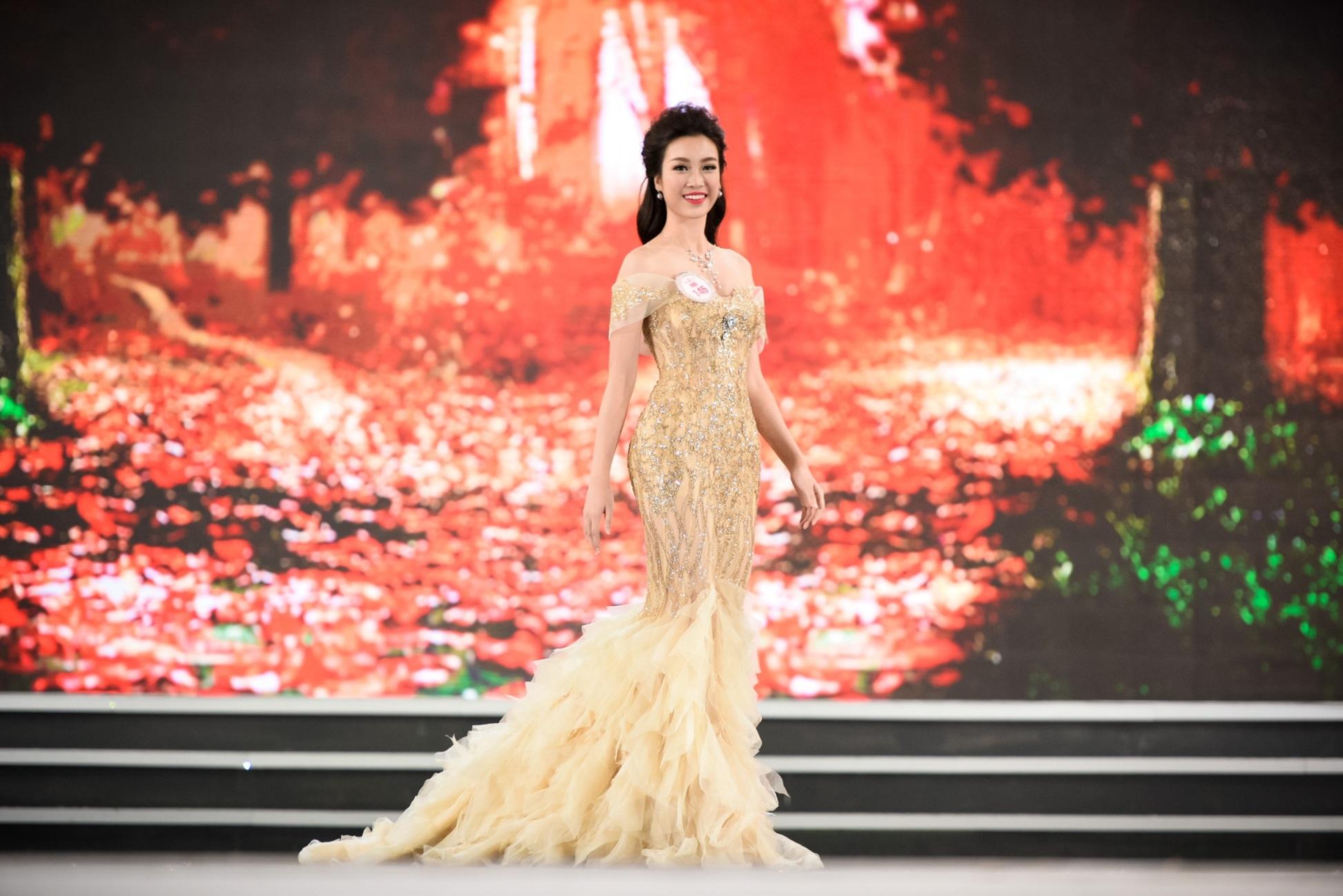 Đỗ Mỹ Linh ở phần thi trang phục dạ hội trong đêm Chung kết tối qua.