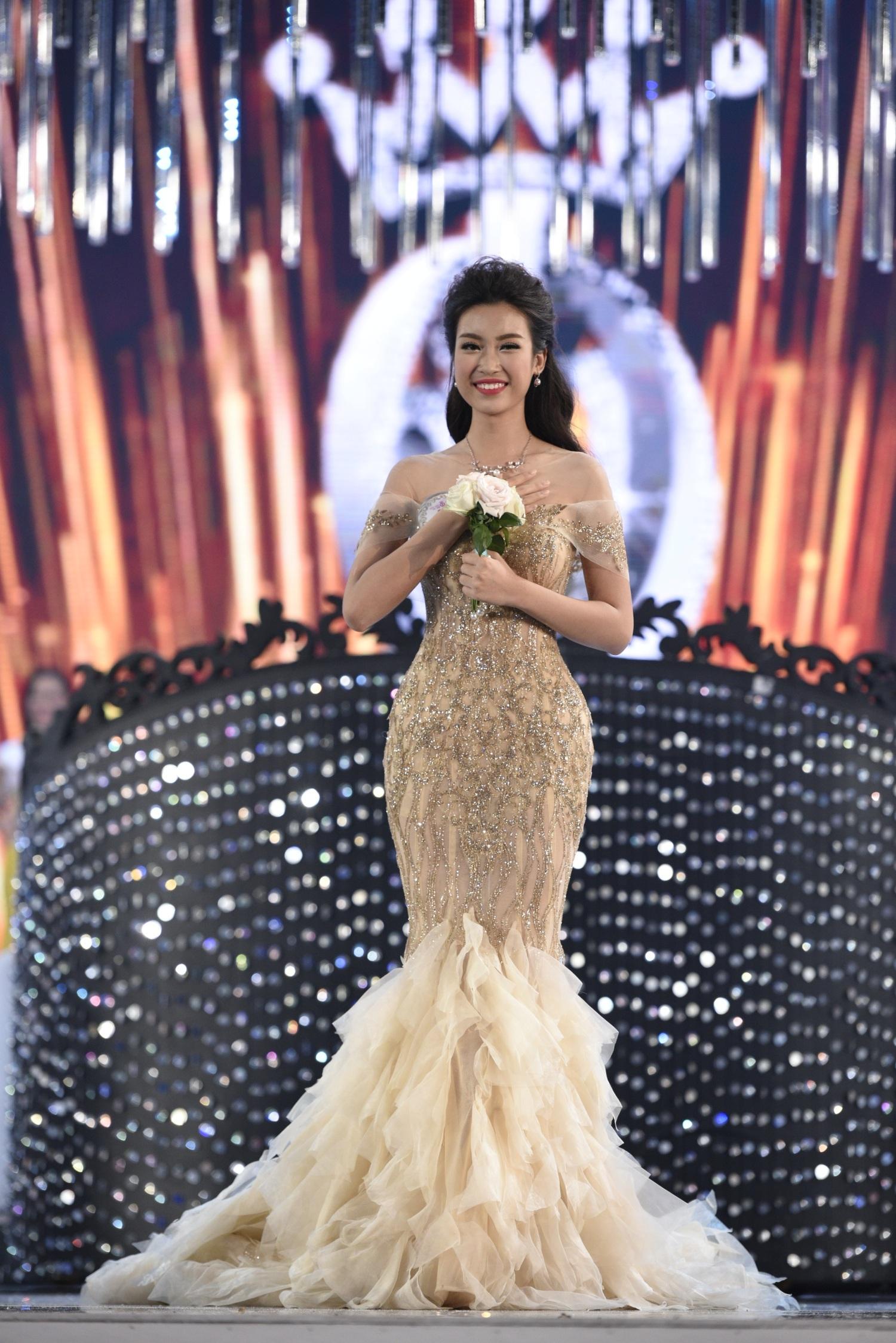 Nụ cười đầy hạnh phúc khi biết mình đăng quang Hoa hậu Việt Nam 2016.