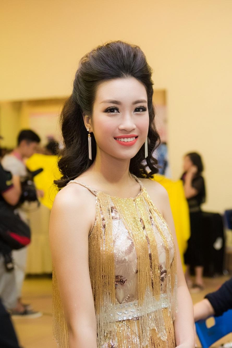 Đỗ Mỹ Linh hiện sống cùng gia đình ở Hà Nội. Cô là chị lớn trong gia đình có hai chị em. Bố mẹ Đỗ Mỹ Linh đều là những công chức bình thường. Trong ảnh là Đỗ Mỹ Linh ở hậu trường Chung kết Hoa hậu Việt Nam.