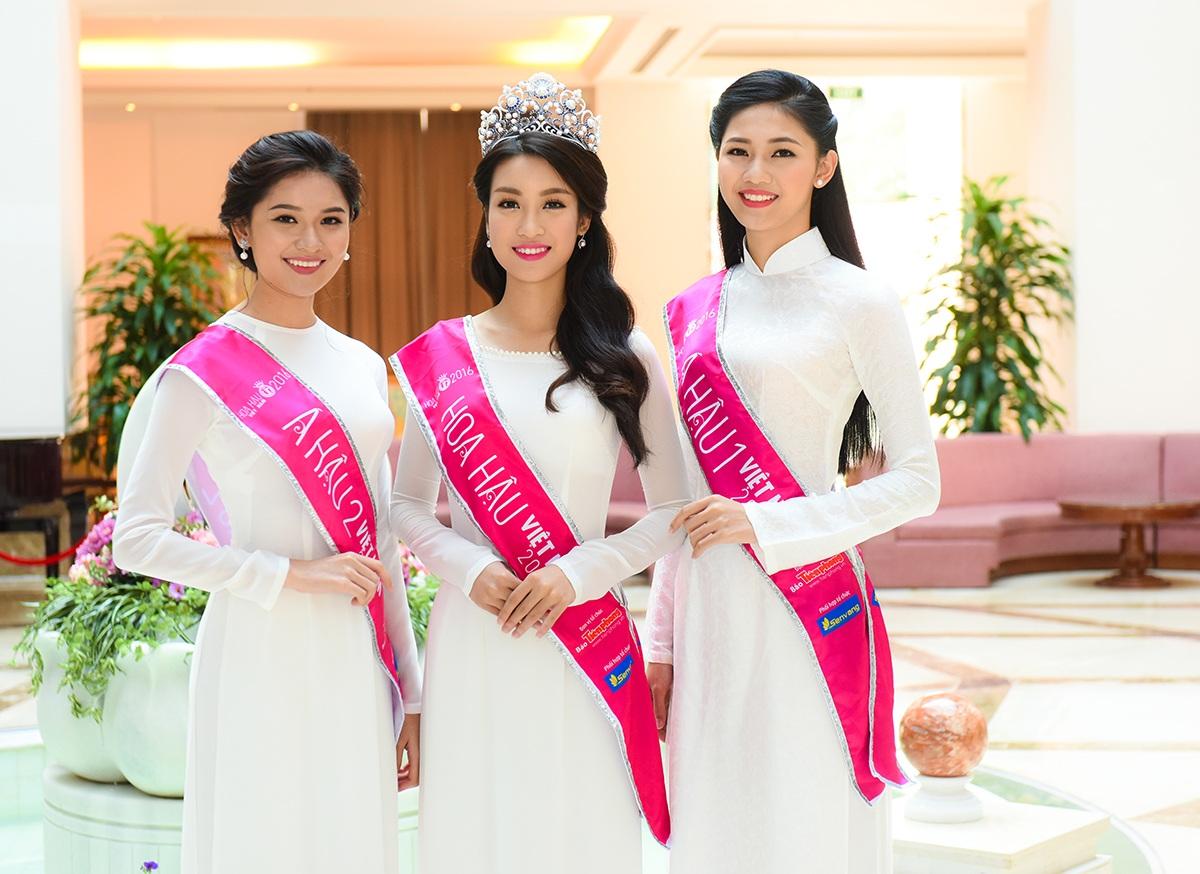 Ba người đẹp diện áo dài trắng toát lên vẻ đẹp tinh khôi.