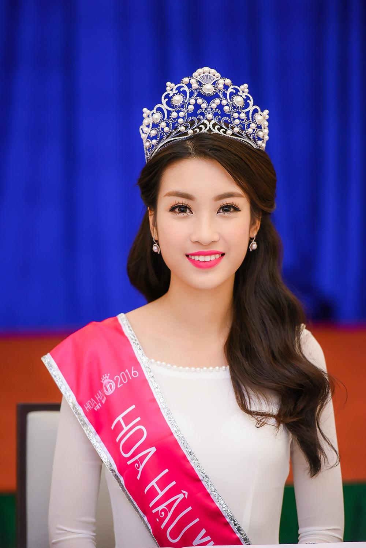 Hoa hậu Đỗ Mỹ Linh trong ngày đầu tiên sau khi đăng quang.