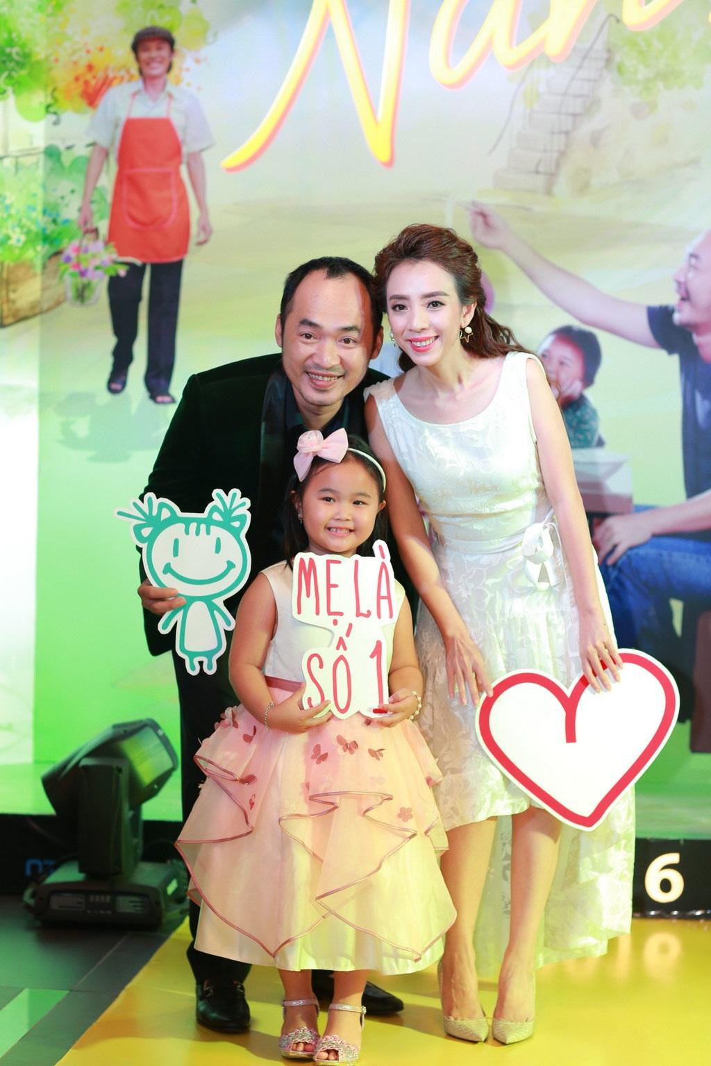 Bé Kim Thư với vợ chồng Thu Trang - Tiến Luật trước giờ ra mắt phim.