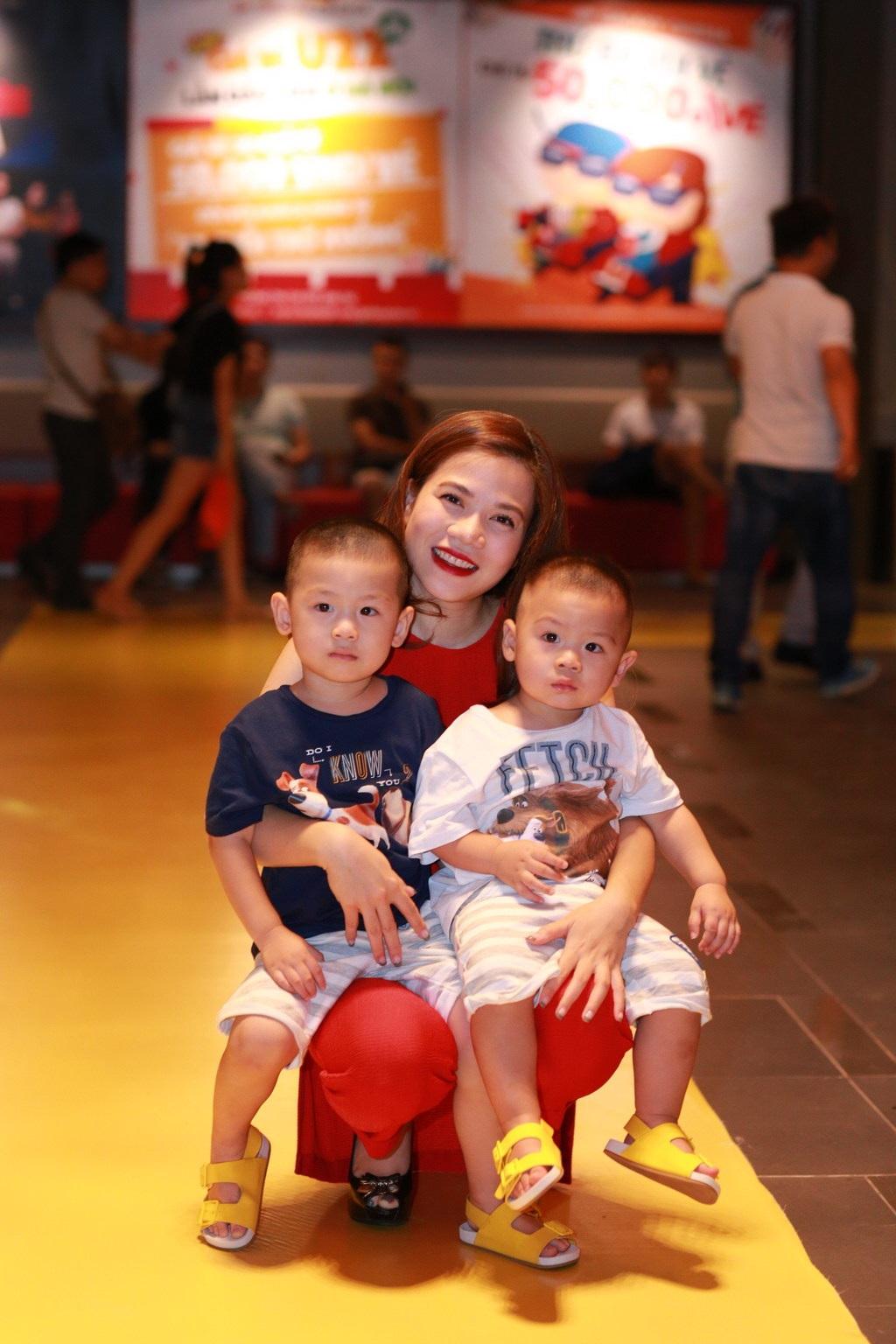 3 mẹ con ca sĩ Mỹ Dung đến ủng hộ phim Nắng.