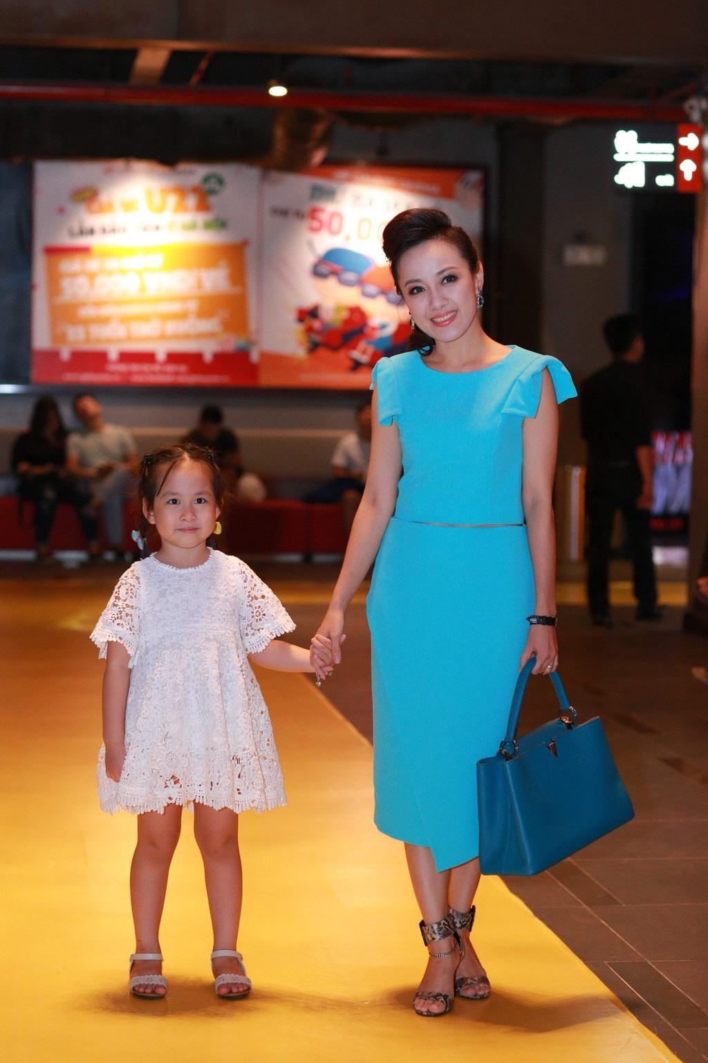 Lần hiếm hoi, BTV Hoài Anh đưa con gái đến một sự kiện có đông người.