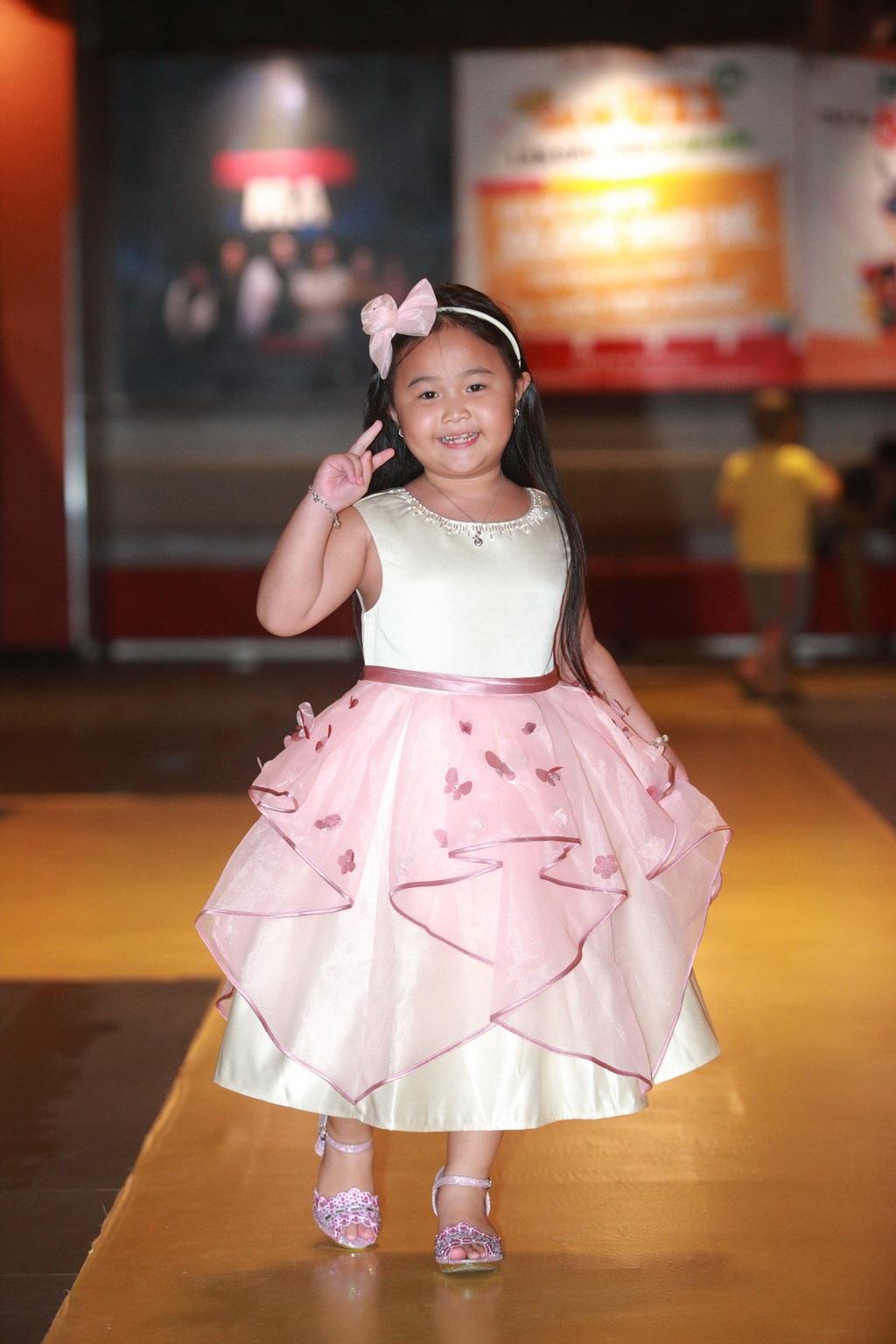 Bé Kim Thư - diễn viên nhí đầy tài năng trong phim Nắng.