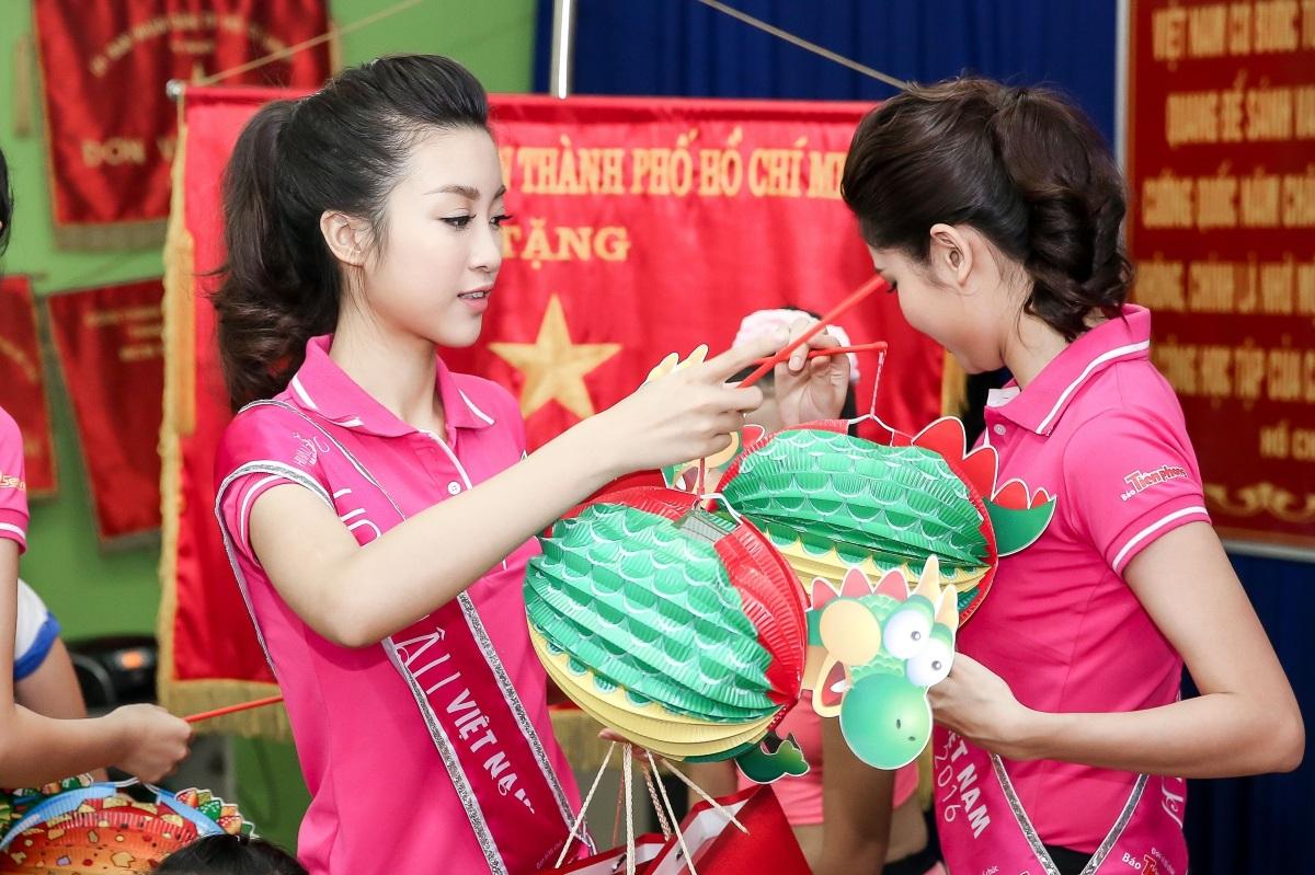 Tân Hoa hậu Mỹ Linh và Á hậu Thuỳ Dung tặng đèn lồng, bánh trung thu và nhiều phần quà cho các trẻ tại Trung tâm.