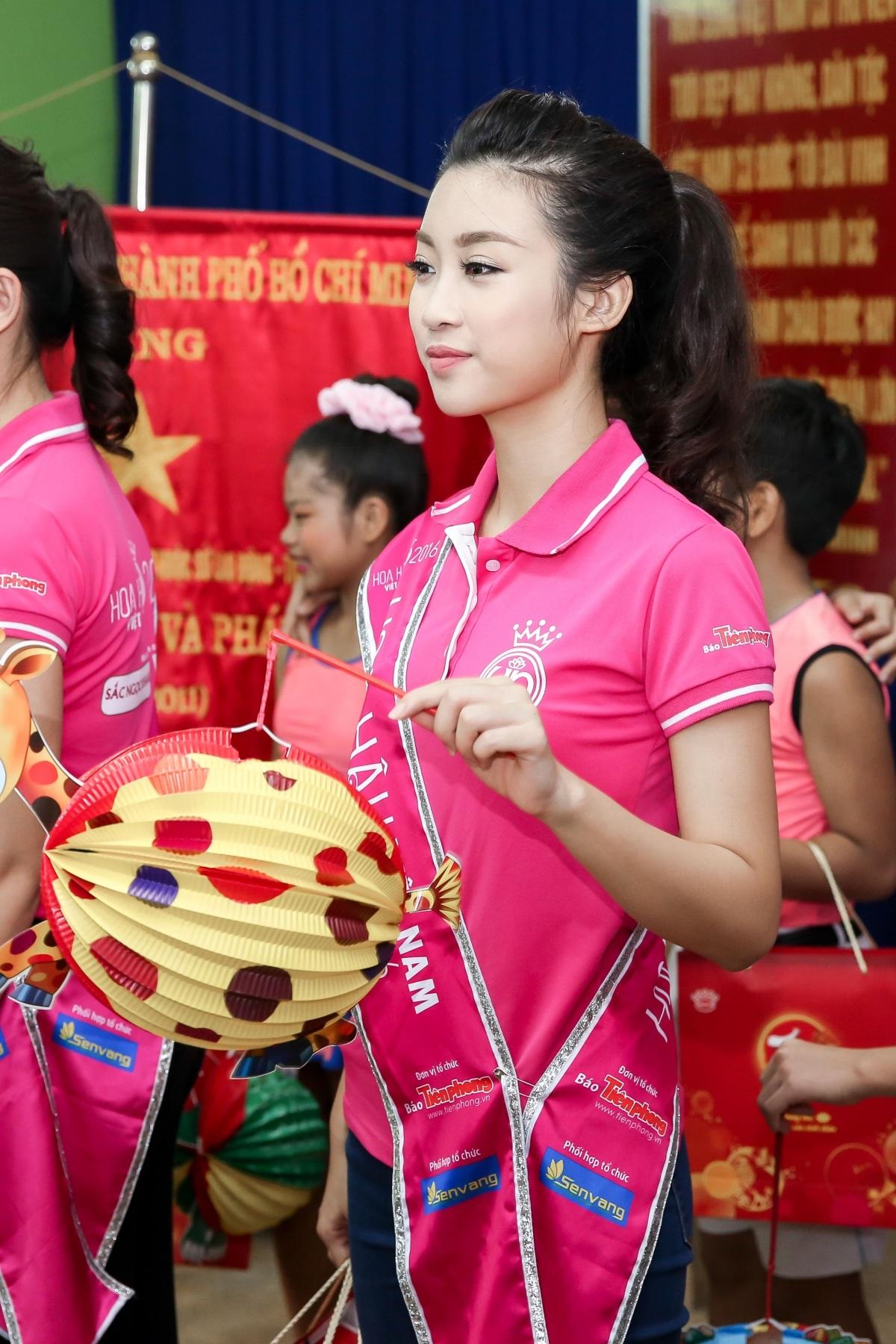 Hoa hậu Mỹ Linh rơi nước mắt khi đón trung thu sớm cùng trẻ mồ côi - 4