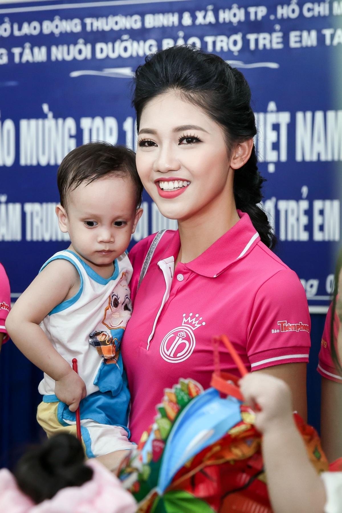 Hoa hậu Mỹ Linh rơi nước mắt khi đón trung thu sớm cùng trẻ mồ côi - 7