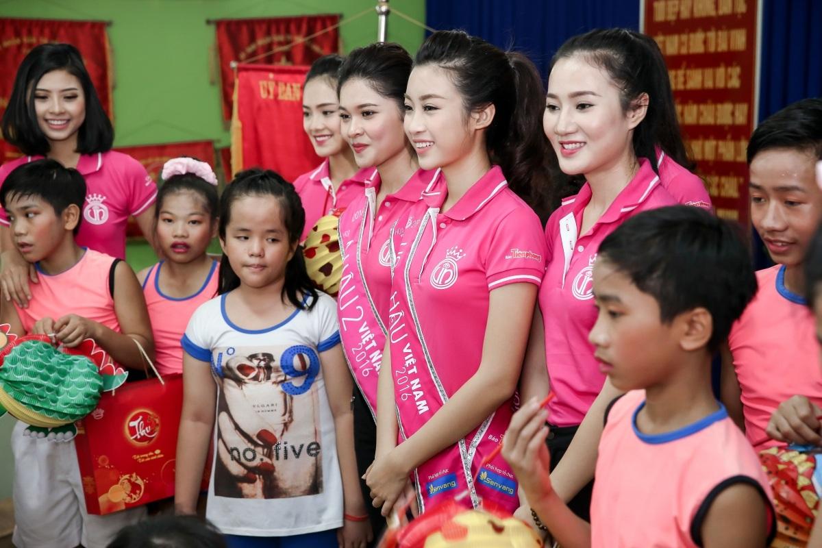 Các người đẹp Hoa hậu Việt Nam giản dị đến thăm và tặng quà cho trẻ em mồ côi ở quận Thủ Đức, TP.HCM.