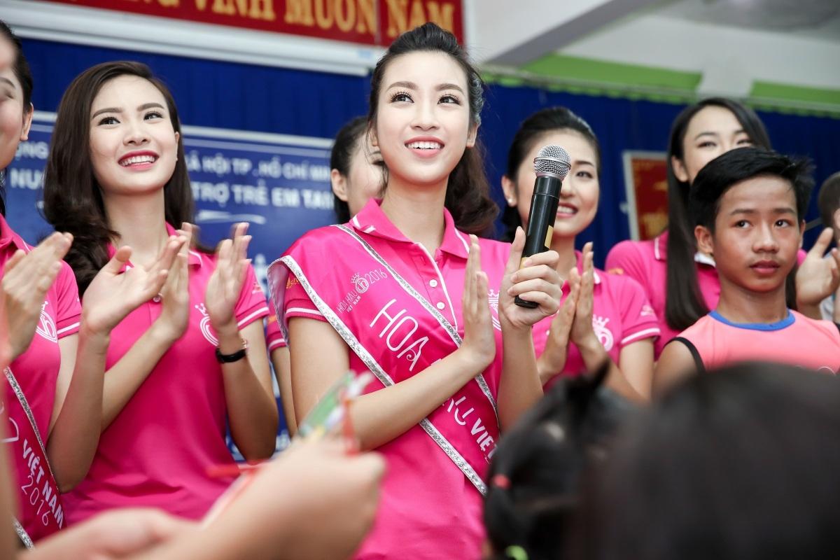 Hoa hậu Mỹ Linh rơi nước mắt khi đón trung thu sớm cùng trẻ mồ côi - 1