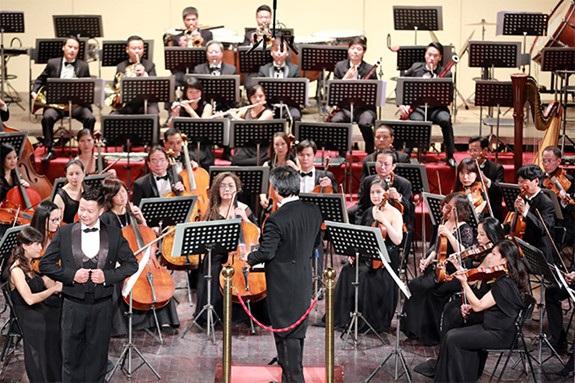 Đêm nhạc đã mang đến nhiều cảm xúc cho người xem khi kết hợp nhuẫn nhuyễn giữa âm nhạc truyền thống và hiện đại, thế giới và Việt Nam. Ảnh: Nam Nguyễn.