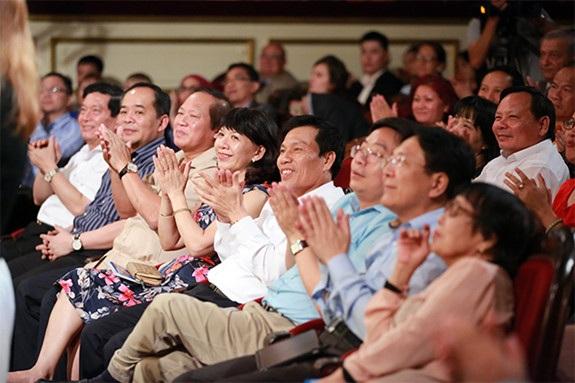Lãnh đạo Bộ VHTTDL và các Bộ, Ban, Ngành đến ủng hộ đêm nhạc. Ảnh: Nam Nguyễn.