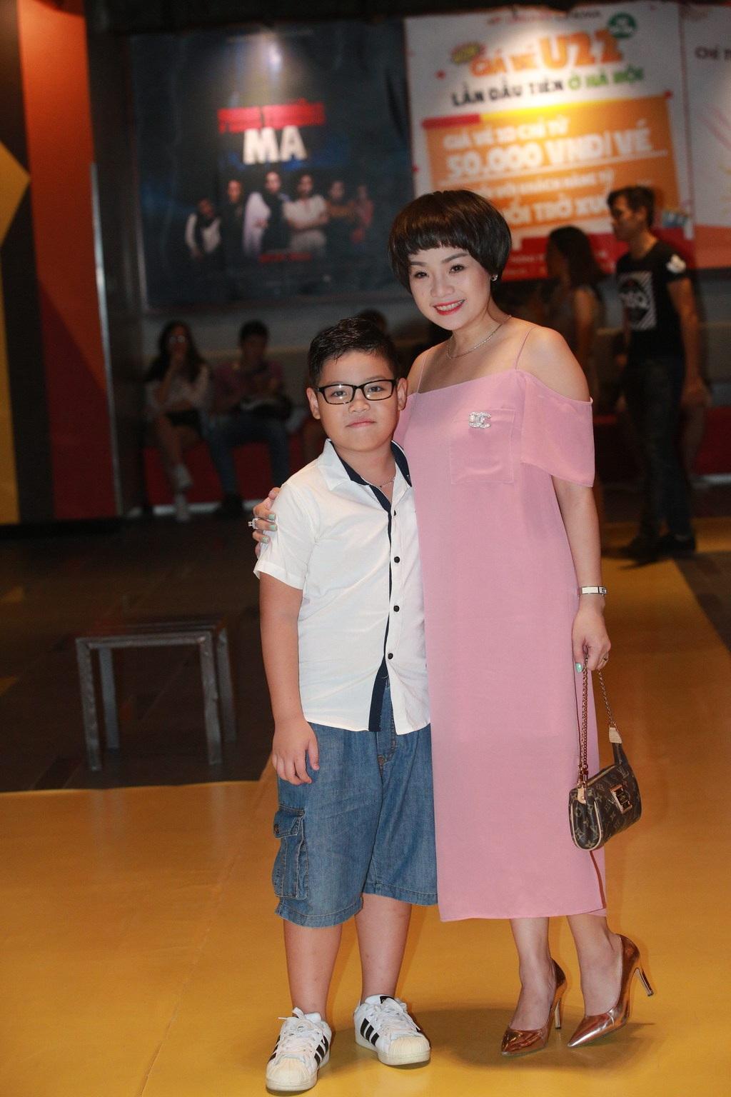 Đôi bạn thân Khánh Linh và Ngọc Khuê cũng đến dự lễ ra mắt phim. Ngọc Khuê cho con trai Tony đi cùng, còn Khánh Linh lại đi một mình.