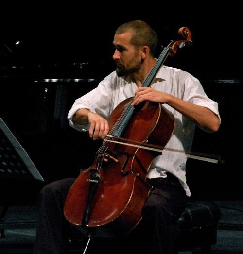 Peter Jacobson là một nghệ sĩ Cello từng giành giải Grammy cho thể loại nhạc Latin Rock Alternative năm 2003. Ảnh: TL.