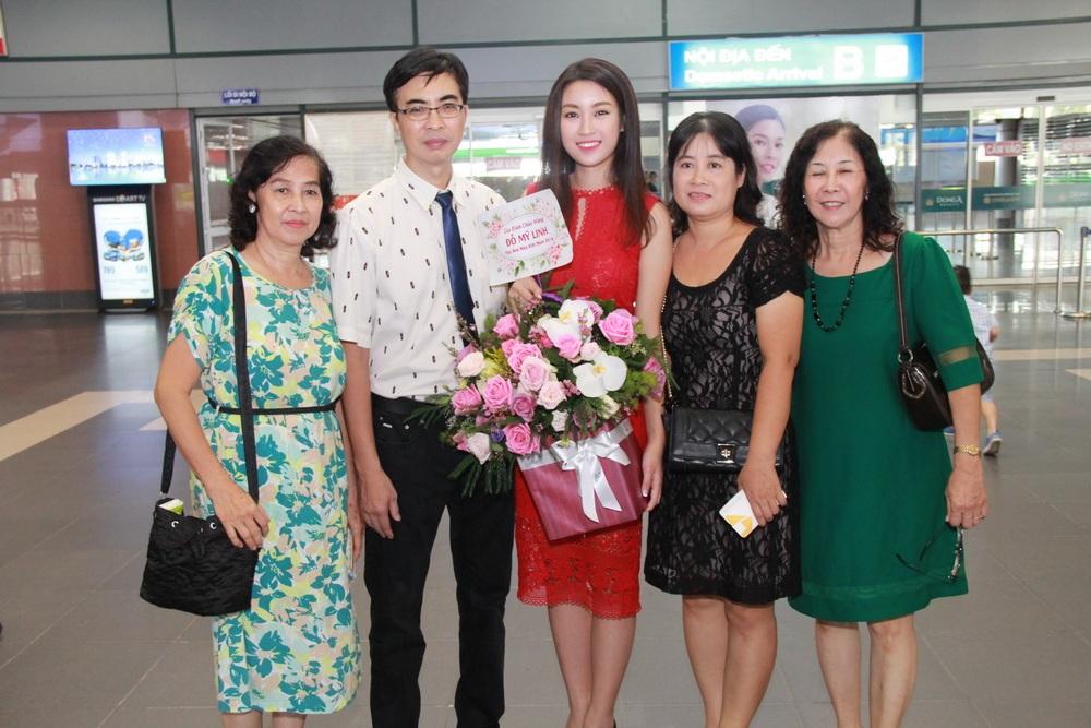Hoa hậu Đỗ Mỹ Linh bên bố mẹ và hai bác khi vừa trở về Hà Nội sáng 2/9. Ảnh: Hoàng Nghĩa.